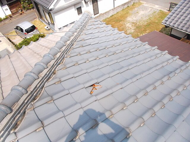 福岡市 早良区 欠損瓦の差し替え工事 瓦の種類:陶器瓦和形56判